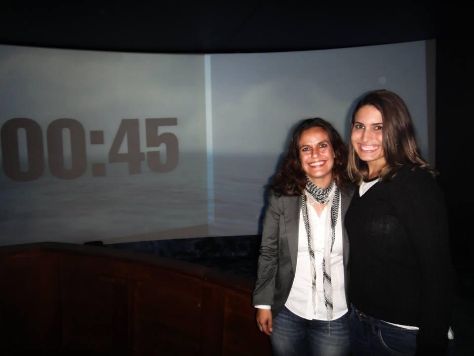 No pavilhão brasileiro, esperando o filme começar. Com a Catarina, nossa amiga portuguesa que nos convidou para esse passeio.